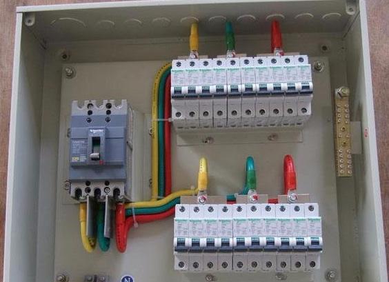 2,工业配电箱的配电接线也是很简单的,三根火线进线接空气开关的入线